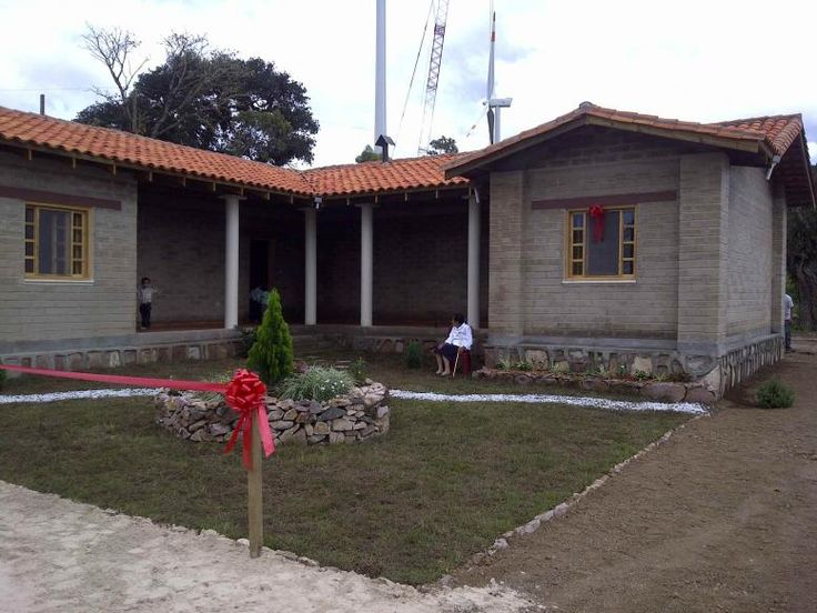 Bella fachada de casa de adobe compactado en san for Casas modernas los angeles