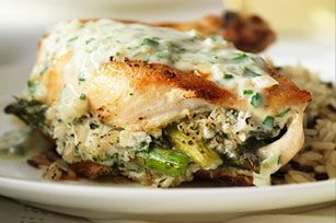 Élégance et simplicité: vos convives raffoleront de ces poitrines de poulet tendres et croquantes, farcies d'une préparation à base d'ail, de zeste de citron, de fromage féta et d'asperges.