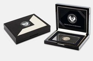 První Morganův dolar vyražený v roce 1878 mincovnou Carson City na Divokém západě. Tato stříbrná ikona je originálním historickým numismatem a je vyražena do stříbra vysoké ryzosti 900/1000. Morganovy dolary, které se začaly razit v roce 1878, patří dodnes k nejpopulárnějším mincím v USA. Ražba mincí v Carson City probíhala poměrně krátkou dobu. Právě to je jedním z důvodů, proč jsou Morganovy dolary z Carson City vyhledávané sběrateli po celém světě. www.narodnipokladnice.cz/carson-dolar