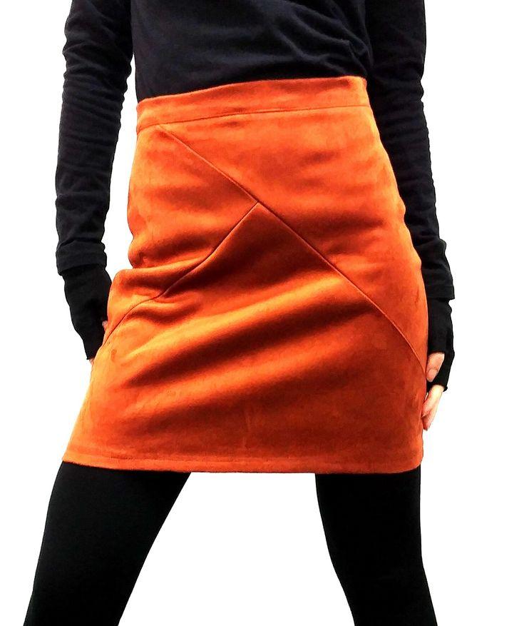 Mini falda de ante, con cierre trasero con cremallera en color dorado. Disponible en dos colores. #trastostattoo #moda #ropa #modamujer #modajoven #falda #minifalda #modacasual #shopping