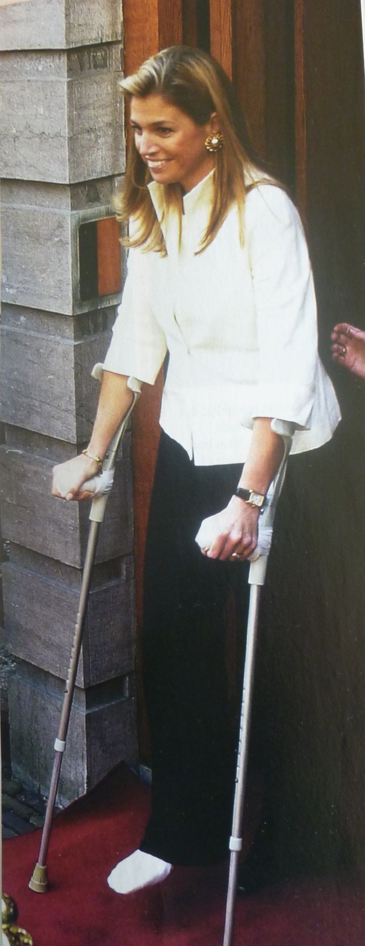 Dit is in juni 2001, ze zijn in Zweden bij het 25-jarige huwelijksfeest van het Zweedse koningspaar waar Maxima haar voet breekt. Ze wordt in NL behandeld en gaat gewoon door met haar inburgeringsprogramma, maar dan wel met krukken.