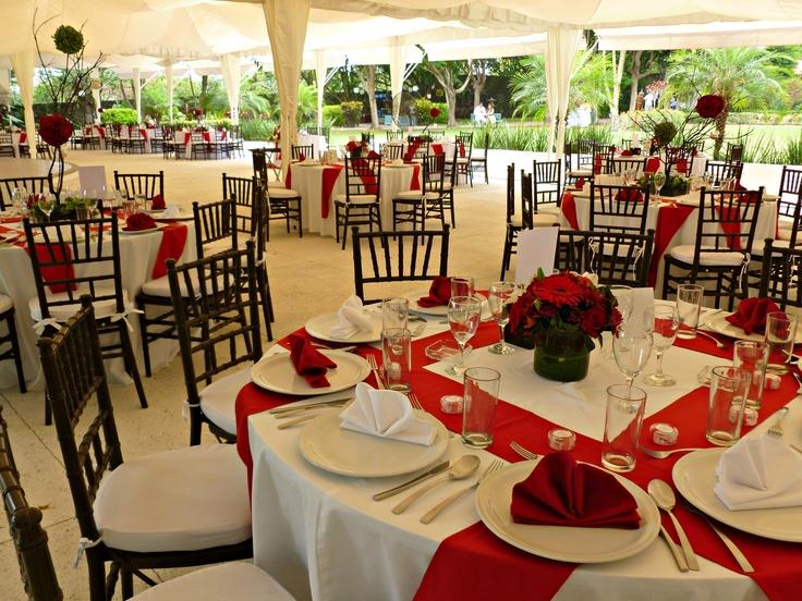 Montaje de boda en mesas redondas sillas tiffany for Sillas para novios