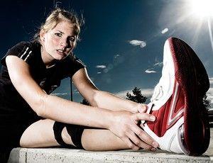"""""""Comecei sentindo fortes dores no local e, após procurar um especialista em joelho, constatou-se a lesão. Comecei c sessões de exercícios e isometria (agachamento,equilíbrio em uma perna só, movimento de corrida em cama elástica), com fortalecimentos específicos e gelo. Parei com as corridas por causa do impacto, mas pedalava como parte do tratamento. Agora corro distân curtas (até 8 km), com velocidade moderada, e continuo o fortalecimento. Além do local, fortaleço especialmente o abdomem"""