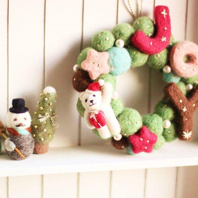 スノーマンとサンタ帽の白くまさんツーショット . Creemaにて販売中ですよろしくお願いしますっ . #羊毛フェルト #リース #クリスマス #xmas #christmas #polarbear #シロクマ #しろくま #白くま #スノーマン #ツリー #snowman #ハンドメイド #手作り #インテリア #雑貨 #creema