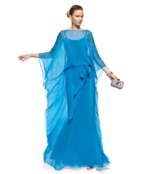 Vestido de fiesta largo modelo Zulam en color azul cielo con cuello extendido transparencias, silueta holgada, lazo al frente y mangas con volados