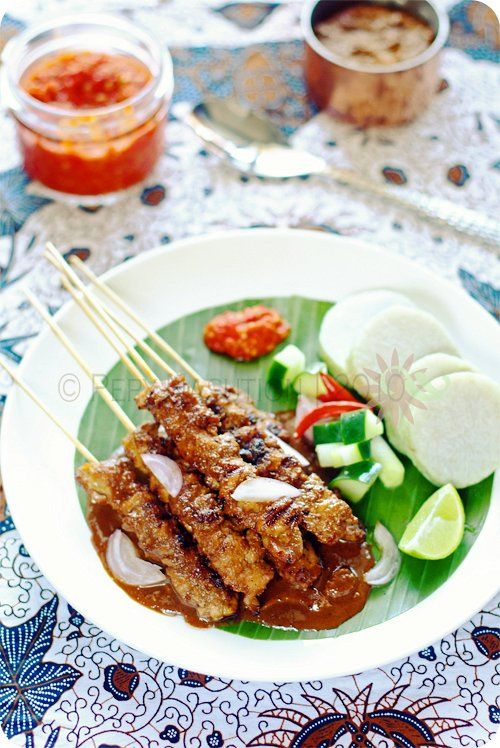 Recipe (Madura Style Chicken Saté)Ingredients: 700 g boneless and skinless chicken (I prefer choose thigh),oil kecap manis* bamboo skewers, soak in cold water Saté Peanut Sauce:* 200 g homemade roasted garlic peanuts* 4 red cayenne pepper, discard the seed 5 garlic, sliced* 3 shallot, sliced* 1/2 tbsp. petis udang (dark shrimp paste)* 1/2 tbsp. terasi (dried shrimp paste) 2 tbsp. coconut sugar or as desired * 1 tsp. seasalt or as desired* 200 mL hot water 2 tbsp. cooking oil
