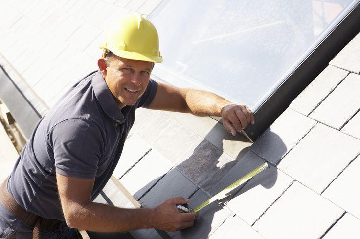 Artisan du bâtiment, le couvreur-zingueur intervient sur un chantier pour construire ou restaurer toutes sortes de toitures. via www.fichemetier.fr - Mots clés : #metier #formation #job #fichemetier #worker