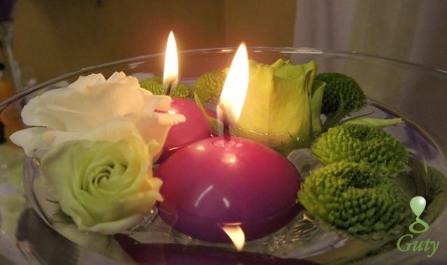 Sviečka na svadbu - plávajúce sviečky s kvetmi v martini dekoračnej váze.