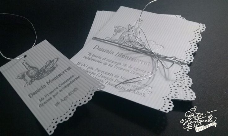 Invitaciones y tarjetas de agradecimiento para la Primera Comunión de Daniela Montserrat. Opalina de 244 g. extra blanca, texturizada de líneas, impresión letterpress en plata y suajado tipo encaje al borde. Detalle de listón galón plata.