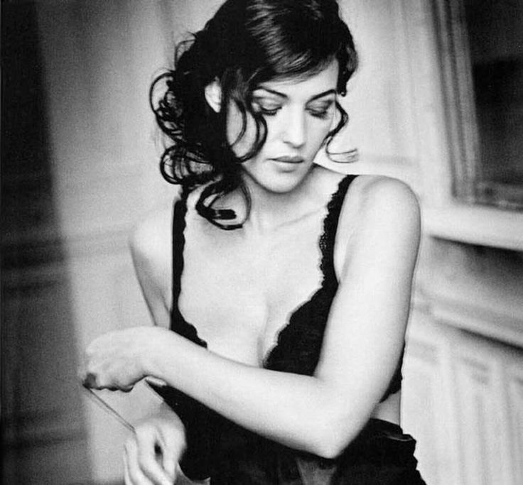 Monica Bellucci looks good in black and white also