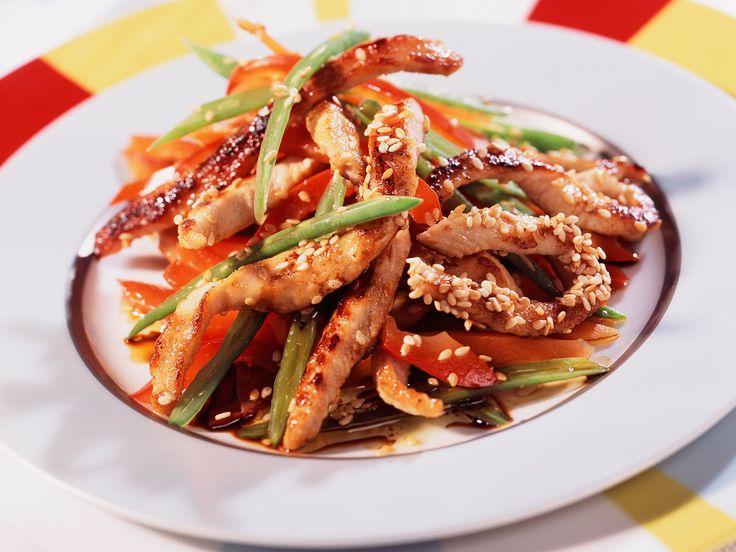 Découvrez la recette Aiguillettes de dinde sautées aux légumes sur cuisineactuelle.fr.
