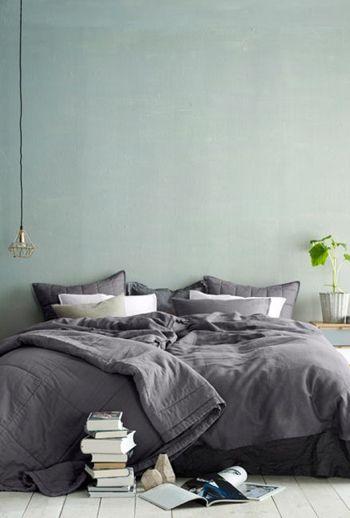 Op Woonblog lees je hoe je pastelkleuren met grijs combineert in je slaapkamer!