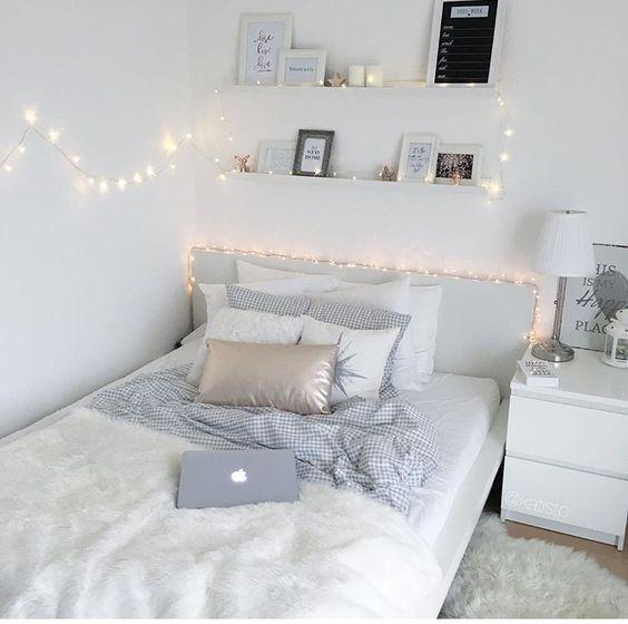 LED-Lichter im weißen Schlafzimmer #im #LEDLicht…