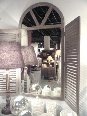 Jouez l 39 effet de surprise avec ce miroir en manguier for Miroir en forme de fenetre