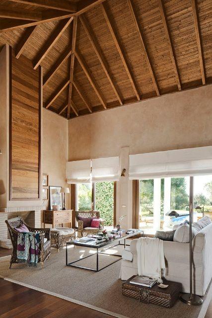 Una hermosa casa mediterr nea decorada con techos en - Techos altos decoracion ...