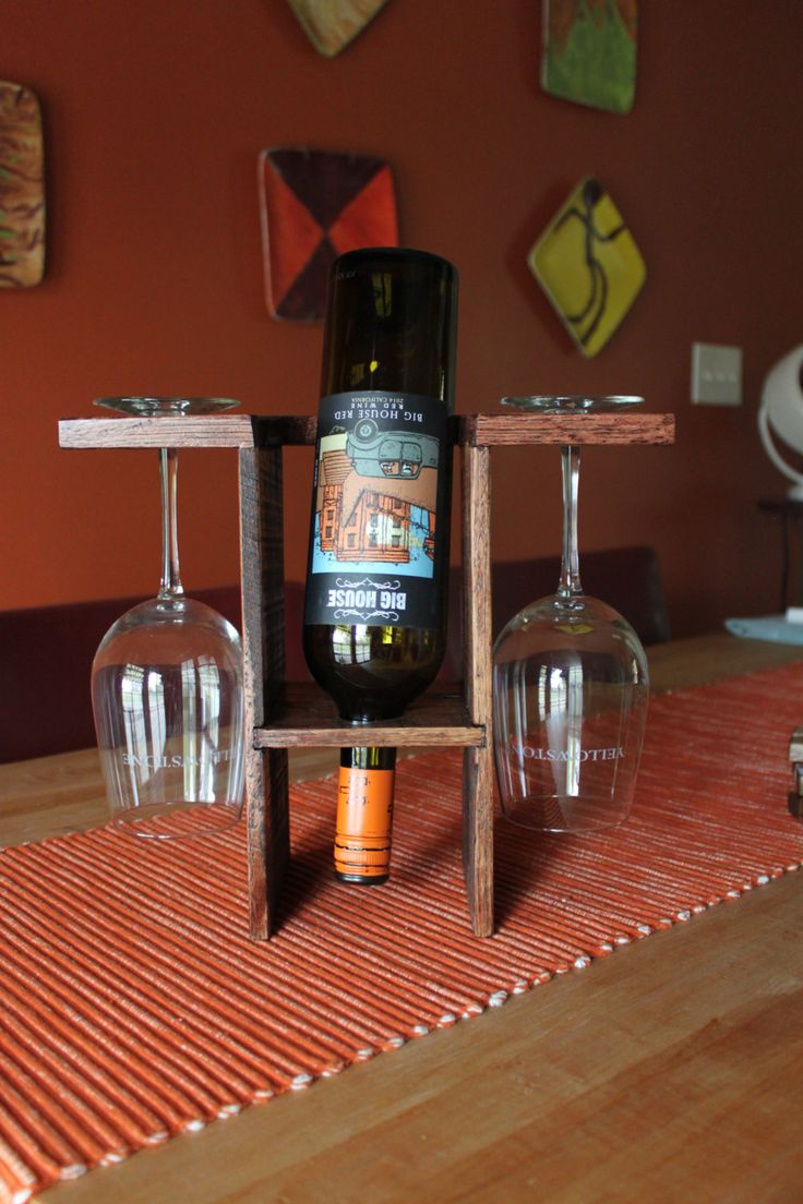 Rojo caoba vertical todo en una botella de vino por Bored2Board