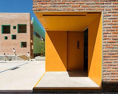 Un espacio dinámico marcado por colores pasteles y madera contrachapada distingue el nuevo interior de la escuela de lenguajes y estudio Altamira