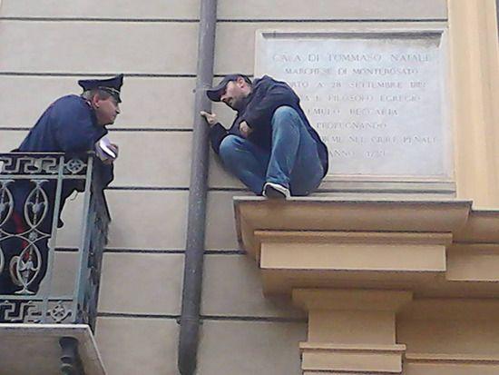 Tensione a Palermo, senzacasa minaccia il suicidio: «Se mi tolgono di nuovo la casa mi ammazzo» - gds.it