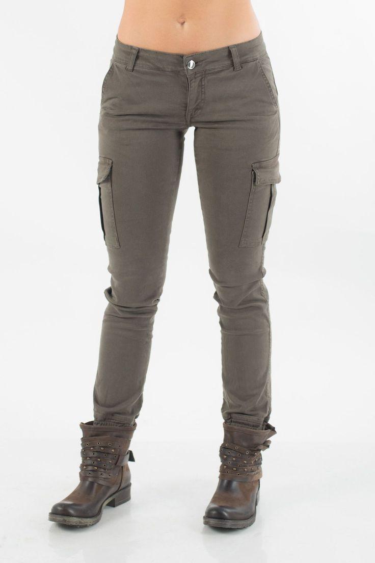 Pantalone con tasconi laterali tasche posteriori con pattina.