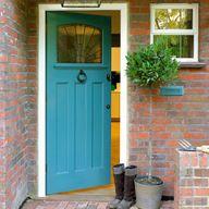 paleta de cores da parede x porta e moldura (contrastantes) desenho da vidraça na porta