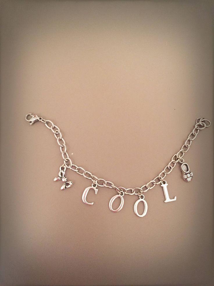 Bracciale COOL con catena argentata lettere ciondolo fiocco e ciondolo scarpa, catena argentata con lettere e ciondoli pendenti di LesJoliesDePanPan su Etsy