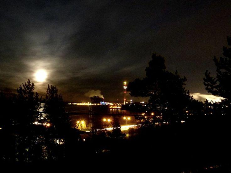 Full moon 17.12.2013. Tampere, Näsijärvi https://www.facebook.com/moumouDESIGN