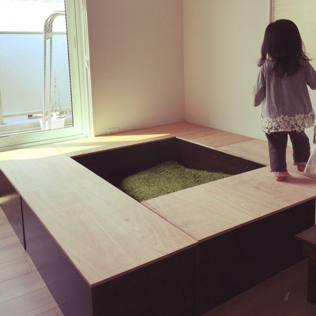 ●二階の小上がりdiyです。やっと周りの蓋かぶせました。 このままのほうが子供は楽しそうにグルグルしてるんですが、 真ん中にはカーペットなど大きな物入れたいので真ん中にも蓋します☆ あとは畳です^ - ^測ったりするのが凄く苦手なのでカラーボックス助かります♡ おうちの、ありとあらゆる荷物を全て放り込みました( ̄▽ ̄):(隠しました)☆カラーボックス DIY/バス/トイレのインテリア実例 - 2015-09-15 11:27:47 | RoomClip(ルームクリップ)