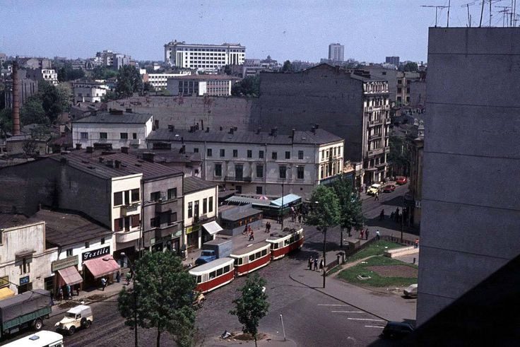 Calea Grivitei in 1976, de la balconul Hotelului Nord (acum Ibis). La Cinema Dacia / Marconi, in extrema dreapta, se intra sau se iesea de la fim.