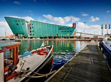 NEMO is het grootste science center van Nederland en is voor iedereen die nieuwsgierig is. Onderzoek vijf verdiepingen met tentoonstellingen, experimenten, demonstraties en workshops. Leeftijd vanaf +/- 6 jaar