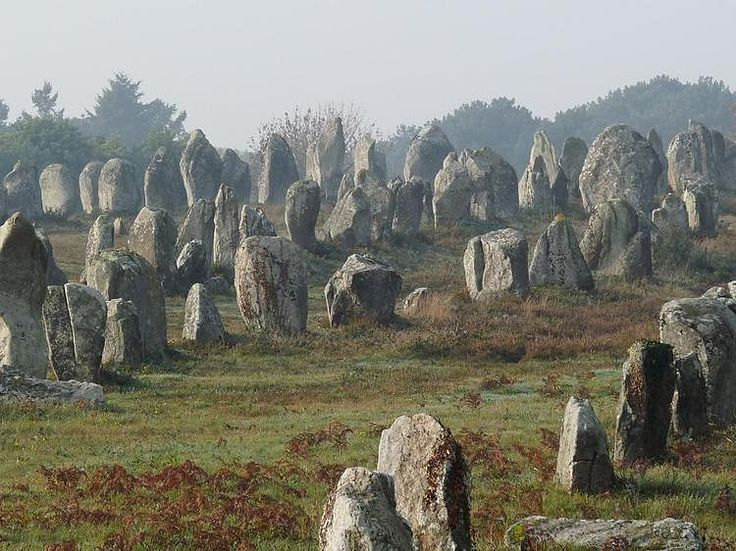 The commune of Carnac lies a few kilometers north of the Quiberon peninsula, south Brittany. This small town of less than 5,000 inhabitants is amazing because of its series of connected megalithic sites such as the alignment Ménec, the Kermario or Kerlescan.