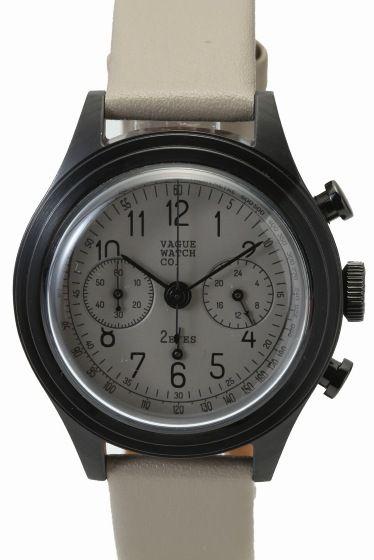 """VAGUE 2EYES(2C-L-002)  VAGUE 2EYES(2C-L-002) 25920 VAGUE WATCH Coより クロノグラフモデルCOUSSINをご紹介 \""""アンティークウォッチの雰囲気を手軽に楽しめる腕時計 \""""をコンセプトに 製作されたVAGUE WATCH Co. モデル名のCOUSSINはフランス語のクッションの意味を持ち その名の通りケースがクッションの形をしているところから名付けられました 70年あまり前のデザインでありながら 現代のカジュアルな装いからスーツのように上品なスタイルまで 服装を選ばない不思議な雰囲気の時計です VAGUEでは始めてのクロノグラフモデル ブラックIPメッキの時計本体ケースに 統一した色のダイアルとベルトでミニマルな心象ですが ダイアルデザイン形にこだわった風防などクラシカルな要素も加えています 男性女性問わずお使いいただけるデザインになっておりますので ご自身用としてはもちろんギフトとしてもおススメの逸品!! 素材ステンレス(ブラックIP加工) ベルトカーフレザー ムーブメントクオーツ 防水性生活防水…"""