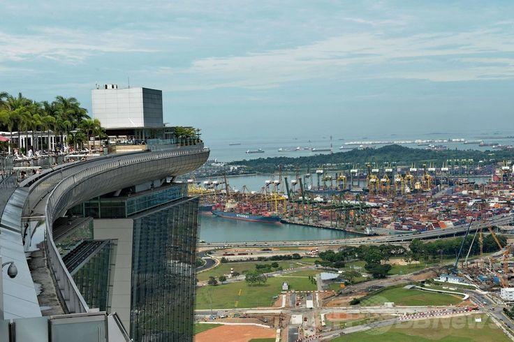 シンガポールの高級リゾートホテルのマリーナ・ベイ・サンズ(Marina Bay Sands)の屋上にある「インフィニティープール(Infinity Pool)」から見えるコンテナターミナル(2014年5月20日撮影)。(c)AFP/ROSLAN RAHMAN ▼23May2014AFP 高級ホテルの屋上プールで景色を満喫、シンガポール http://www.afpbb.com/articles/-/3015704 #Singapore #Marina_Bay_Sands #Infinity_Pool