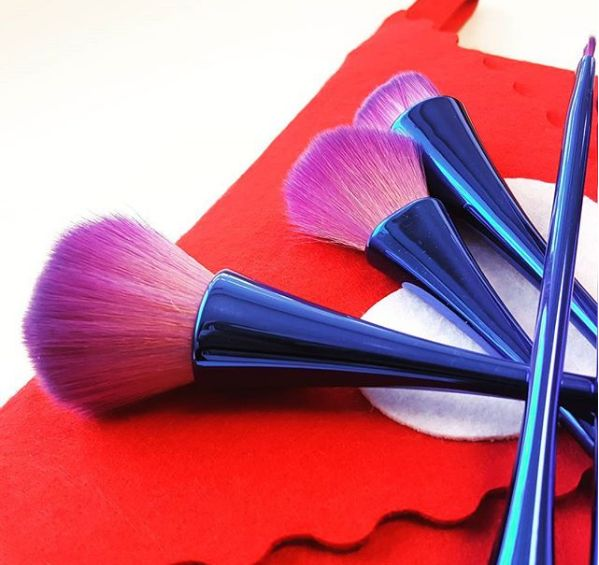 Givoni Makeup Brushes provides the soft and stunning collection of Professional Makeup Brushes. The brush is ideal for offering the perfect brushing result with its effective usages. Getting a wide range of brush collections can give you an exclusive look.