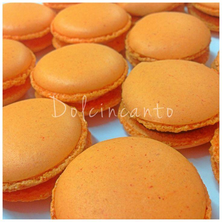 Macaron arancioni con ripieno di arancia e liquirizia