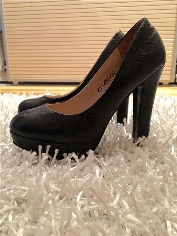 Svarta skimrande pumps/ högklackade skor i storlek 38 - Claudia Ghizzani 99 kr