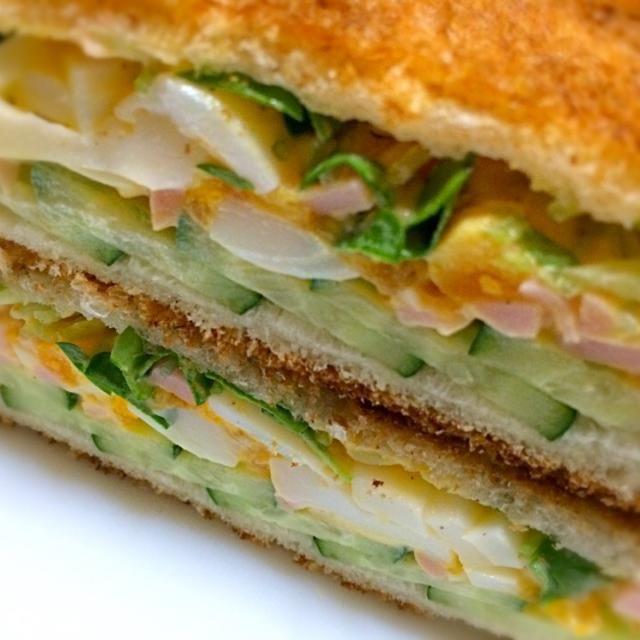 今朝の おはようサンド  は ゆで卵、きゅうりスライス、カイワレに魚肉ソーセージもスライスして卵と混ぜ挟んでみました。 パンはちょっと焼きすぎたかな? でも、旨いよ。 - 191件のもぐもぐ - おはようサンド                                      卵、きゅうり、ソーセージ、カイワレ by mottomotto