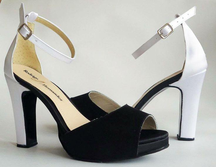Hermosas zapatillas color blanco con negro par darle un toque único a ese día tan especial.. Calzado Rodrigo Hernandez