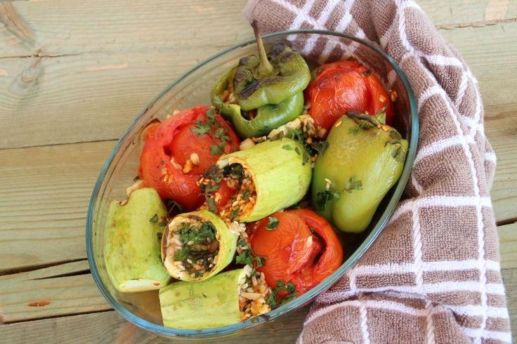 Momenteel bevinden wij ons in Griekenland. Daarom vandaag een lekker en simpel Grieks gerecht, namelijk: gevulde tomaten, courgettes en paprika's met rijst. Het bereiden van dit gerecht kost weinig tijd, je hebt alleen daarna nog wat geduld nodig want de gevulde tomaten, courgettes en paprika's moeten ongeveer 45 minuten in de oven. Eventueel kun je...Lees Meer »