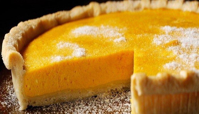 Για την τάρτα με πορτοκάλι θα χρειαστείτε: 85 γρ. ζελέ πορτοκάλι 2/3 της κούπας βραστό νερό 1/2 κούπα κρύο νερό 450 γρ. σαντιγί 1 πακέτο τυρί κρέμα 1/4 της κούπας ζάχαρη 1/4 της κούπας γάλα 1/4 της κούπας τρίμμα μπισκότου 300 γρ. πορτοκάλια Εκτέλεση Σε ένα μεγάλο μπολ διαλύετε τη ζελατίνη σε βραστό νερό. Καλύπτετε …