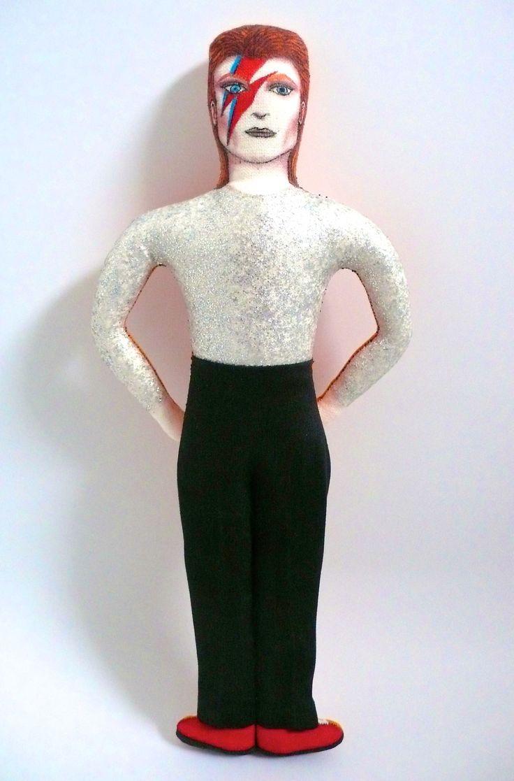 David Bowie, poupée peinte et dessinée aux feutres textiles, vêtements en tissu vintage avec son haut pailleté argenté, période Ziggy Stardust, 1972-1973 - Un Radis m'a dit - Boutique https://www.alittlemarket.com/boutique/un_radis_m_a_dit-815807.html