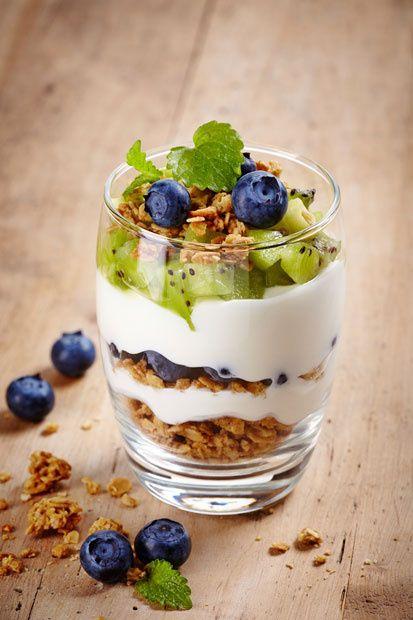 Si buscas un desayuno ligero y nutrtivo, el yogurt natural con fruta es para ti. ¡Checa las recetas!