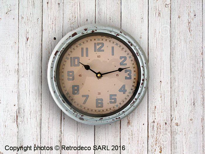On aime cette petite horloge ronde assez profonde en métal patiné bleu ciel toute simple au look bien vintage. Idéale dans une cuisine. Une création Antic Line. Fonctionne avec une pile LR6.