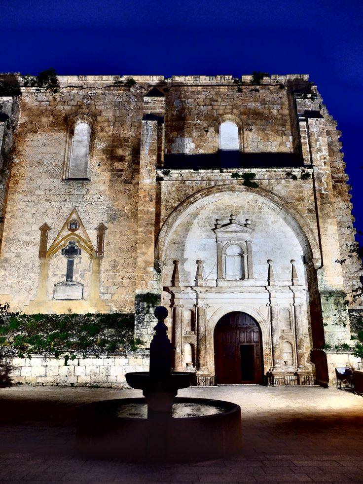 Fachada de la iglesia, de noche. La puerta exterior esta casi siempre abierta lo que permite ver si hay luz natural la iglesia