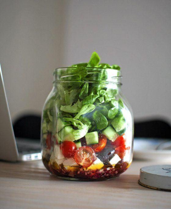 Kastikkeelle ei tarvita eri astiaa, kun salaatin kerrostaa purkkiin.