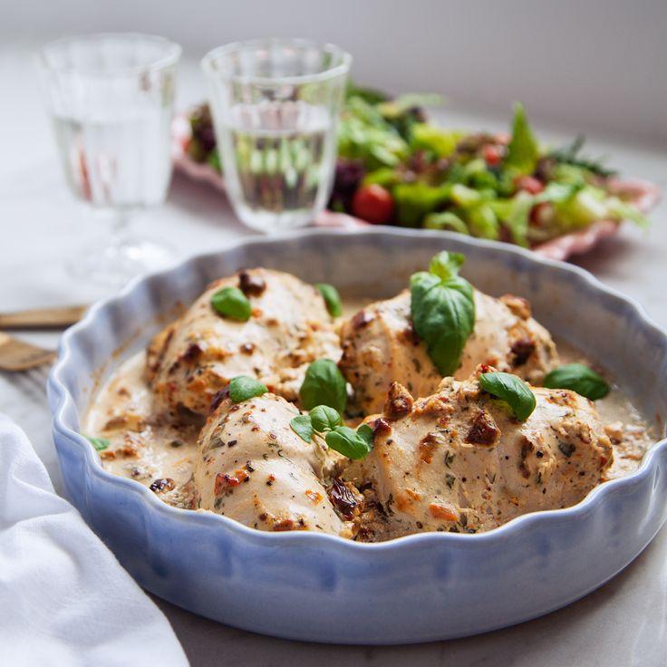 Tillaga kycklingrullader i ugn tillsammans med en krämig sås på fetaost & soltorkade tomater, så gott! Recept på dessa kycklingrullader finns på Tasteline.