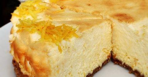 Bastano pochi ingredienti per preparare questa squisita torta soffice al limone dalla consistenza morbidissima, quasi come una mousse soffice, avvolgente e freschissima al limone, perfetta per finire il pasto in dolcezza.