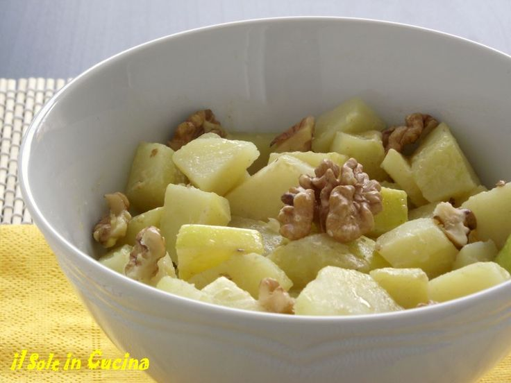 Insalata di patate e mele: Sbollentare le patate e lasciarle raffreddare. Nel frattempo sciacquare le mele sotto l'acqua e tagliare a tocchetti piccoli...