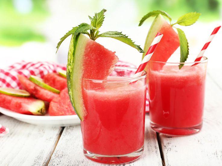 Kalorienarmes Erfrischungsgetränk gefällig? Dann mix dir einen Wassermelonen-Smoothie nach diesem einfachen Grundrezept.