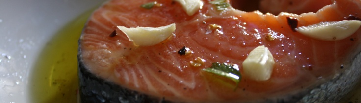 Idee per grigliate: Salmone marinato con il miele e salsa al cetriolo e yogurt