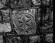 Voir et agrandir l'image <span>Maubec</span> (Tarn-et-Garonne), église paroissiale Saint-Orens.<br/>Référence : IVR73_19768200670X - Choeur. Dalle portant une inscription (ouverture murée). - Soula, Christian, (c) Inventaire général Région Midi-Pyrénées.